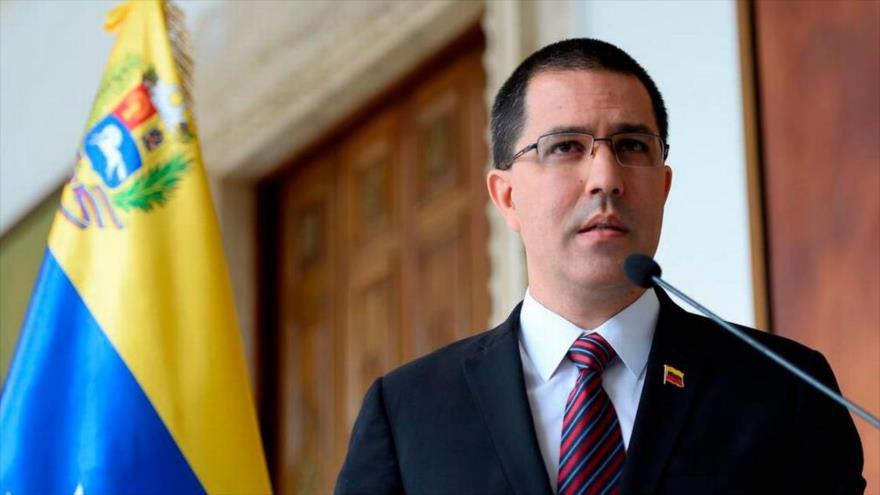 El canciller de Venezuela, Jorge Arreaza, pronuncia un comunicado en el edificio de su Cartera en Caracas, 30 de agosto de 2019. (Foto: AFP)