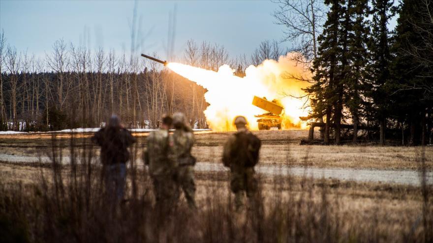 Militares de EE.UU. disparan un misil desde un Sistema de Cohetes de Artillería de Alta Movilidad M142, Alaska, 4 de mayo de 2018. (Foto: pacom.mil)