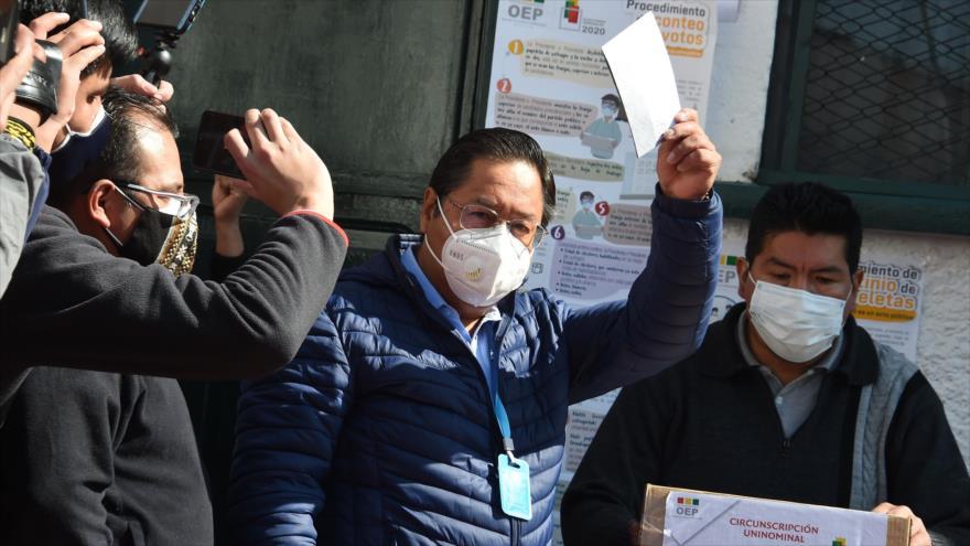 El candidato presidencial de Bolivia Luis Arce, posa mientras deposita su voto en un colegio electoral en La Paz, 18 de octubre de 2020. (Foto: AFP)