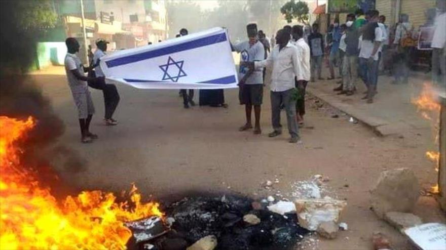 Vídeo: Sudaneses queman bandera israelí en repudio a normalización | HISPANTV