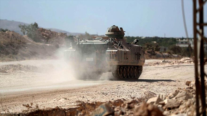 Un vehículo blindado turco avanza por una carretera al sureste de Idlib, en el noroeste de Siria, 20 de octubre de 2020. (Foto: AFP)