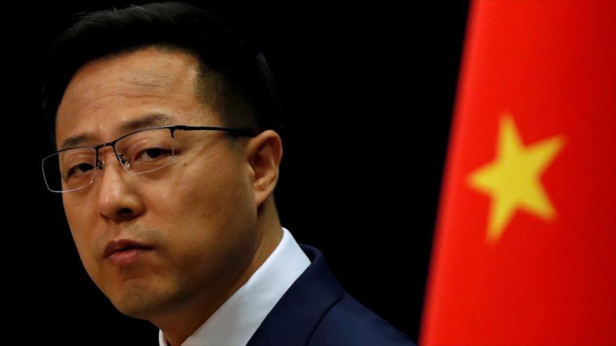 El portavoz de la Cancillería china, Zhao Lijian, habla con la prensa en Pekín, 8 de abril de 2020. (Foto: Reuters)