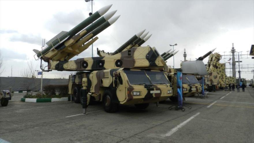 Irán exhibe varios equipos militares de fabricación nacional en Teherán, la capital.