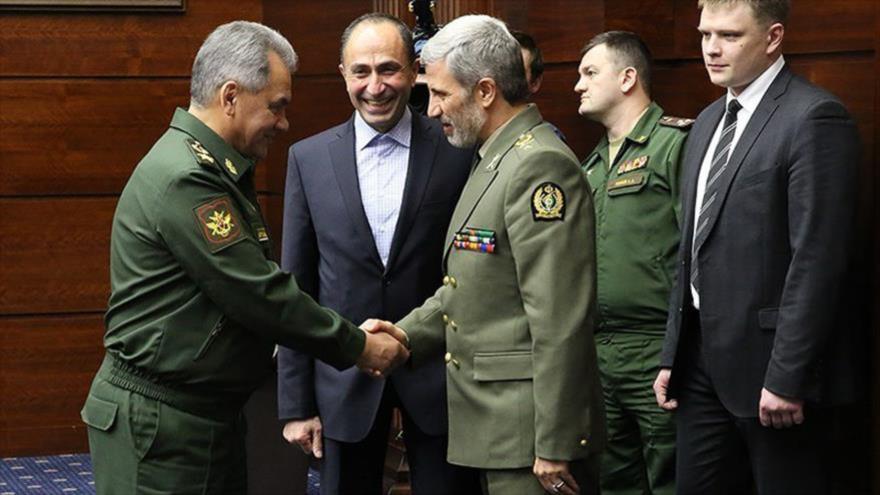 El ministro de Defensa de Irán, el general de brigada Amir Hatami, se reúne con su homólogo ruso en Moscú, 3 de abril de 2018.