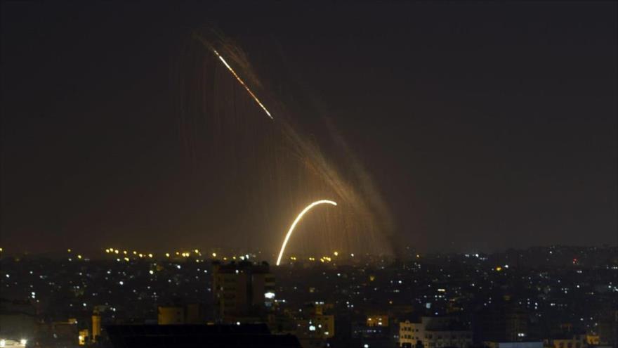 Aviones de combate israelíes bombardean con dos misiles varios puntos de la Franja de Gaza.
