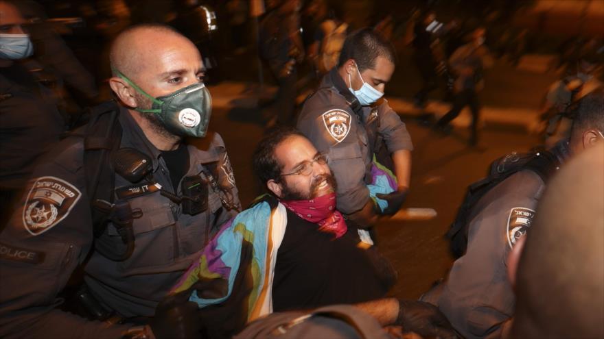 La policía israelí detiene a un manifestante durante una protesta contra el premier en Al-Quds (Jerusalén), 17 de octubre de 2020. (Foto: AFP)
