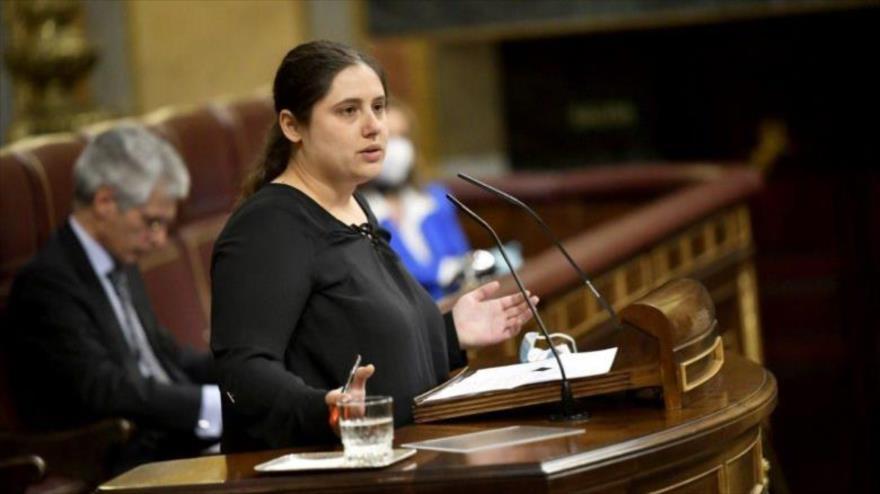 La diputada de Podemos Roser Maestro ofrece un discurso en el Parlamento español.