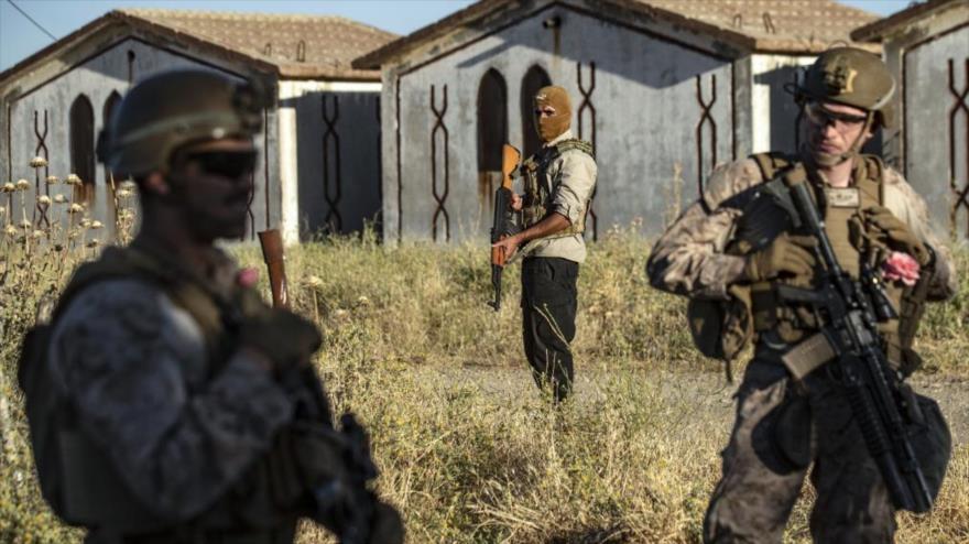 Un miembro de las llamadas Fuerzas Democráticas Sirias (centro) y soldados de EE.UU. en Al-Malikiya, Siria, 7 de junio de 2020. (Foto: AFP)