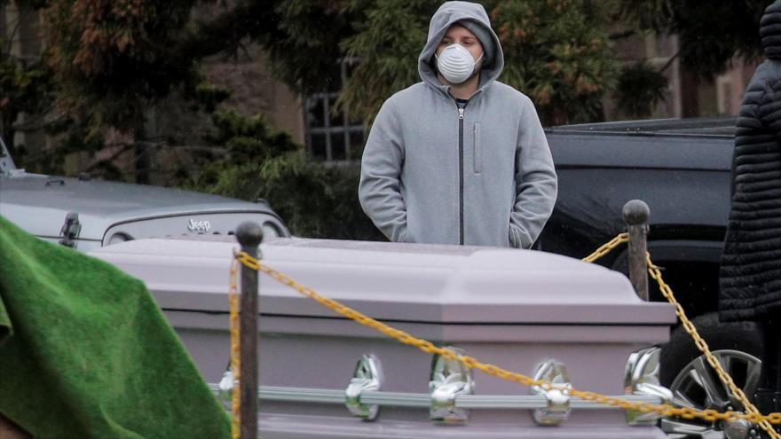 Dolienten asisten a un funeral en el cementerio The Green-Wood, en medio de la pandemia de la Covid-19, Nueva York, EE.UU., 9 de abril de 2020. (Foto: Reuters)