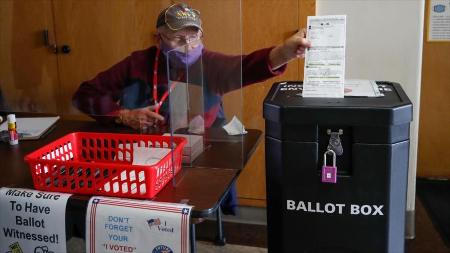 Operario simula voto en el 1.º día de votación anticipada en persona para los comicios del 3 de noviembre, Kenosha, EE.UU., 20 de octubre de 2020. (Foto: AFP)
