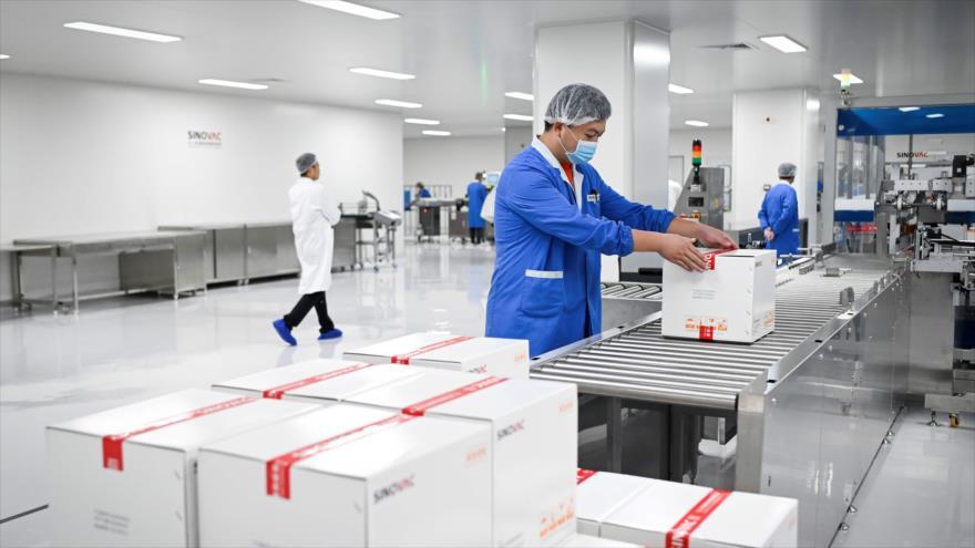 Personal de una fábrica construida para producir vacuna contra COVID-19 de la empresa china Sinovac, Pekín, 24 de septiembre de 2020. (Foto: AFP)