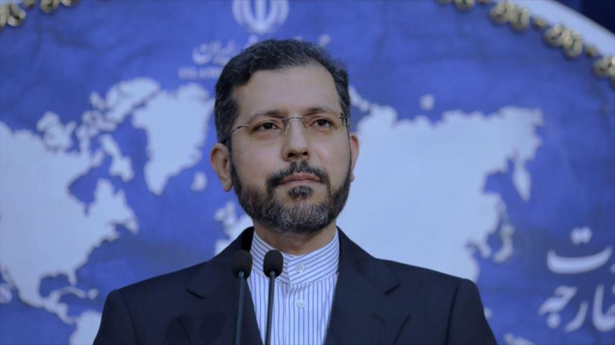 El portavoz de la Cancillería iraní, Said Jatibzade, ofrece una rueda de prensa en Teherán, la capital.