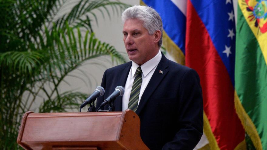 El presidente de Cuba, Miguel Díaz-Canel, habla en un mitin.