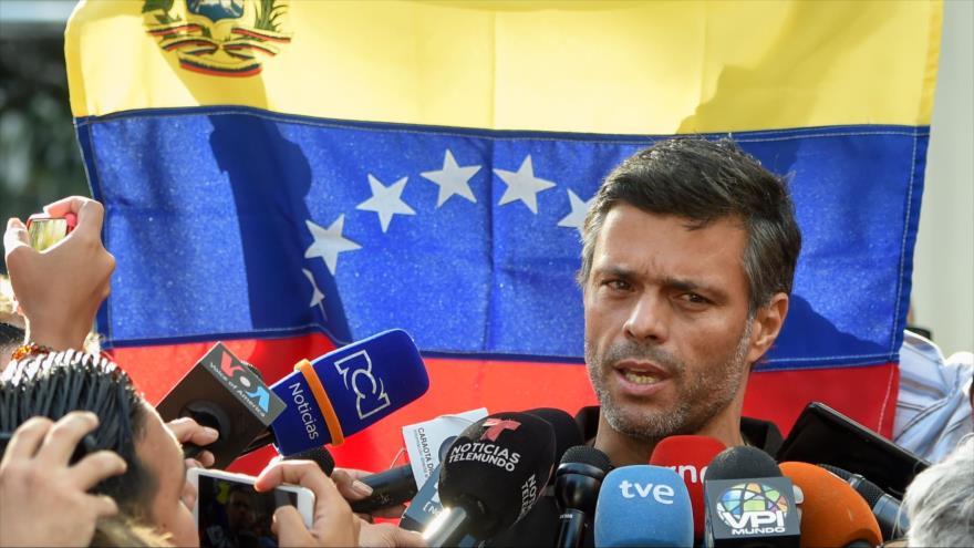 El líder opositor venezolano Leopoldo López habla afuera de la embajada de España en Caracas, la capital, 2 de mayo de 2019. (Foto: AFP)