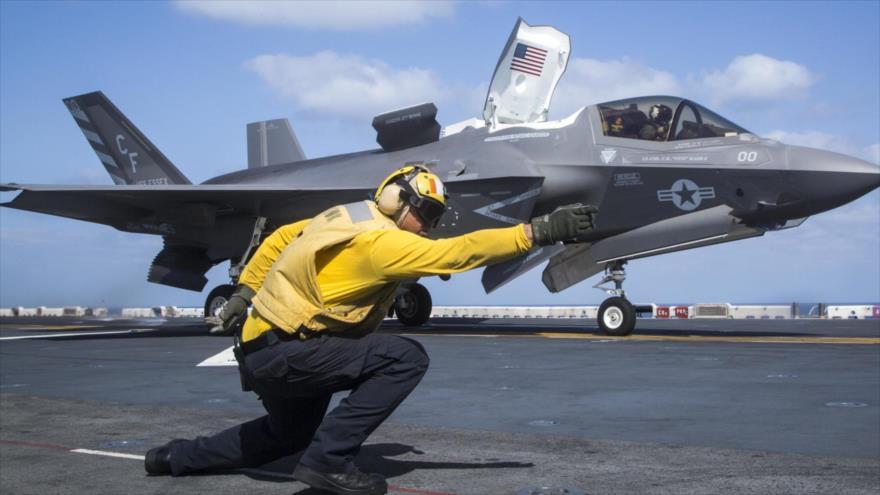 Un operario de un portaviones estadounidense da señales de maniobra a un caza furtivo F-35 de EE.UU., 27 de septiembre de 2018. (Foto: AFP)