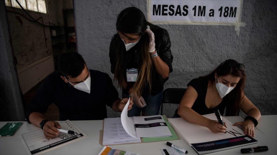 Trabajadores del Servicio Electoral de Chile (Servel) comienzan a recibir los votos de los chilenos sobre el plebiscito constitucional, 24 de octubre de 2020. (Foto: AFP)
