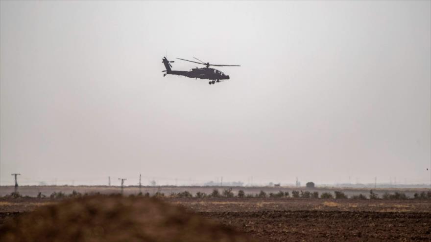 Un helicóptero estadounidense sobrevuela un campo en Al-Hasaka, noreste de Siria, 15 de septiembre de 2020. (Foto: AFP)