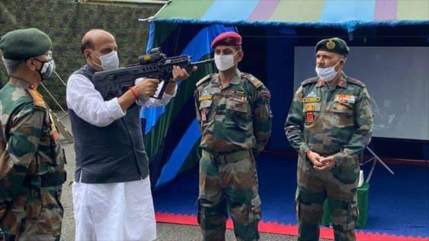 El ministro indio de Defensa, Rajnath Singh, inspecciona un rifle de asalto en un campo militar en Sukna, Darjeeling, 25 de octubre de 2020.