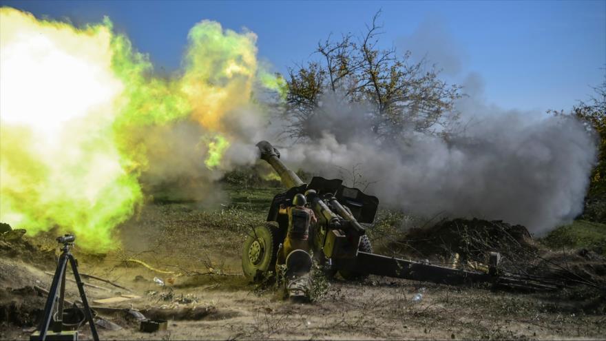 Un soldado armenio dispara artillería en combates en curso con las fuerzas azerbaiyanas en la región de Nagorno Karabaj, 25 de octubre de 2020. (Foto: AFP)