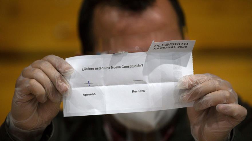 Un miembro del personal electoral cuenta los votos tras el plebiscito constitucional en Chile, Santiago, 25 de octubre de 2020. (Foto: AFP)