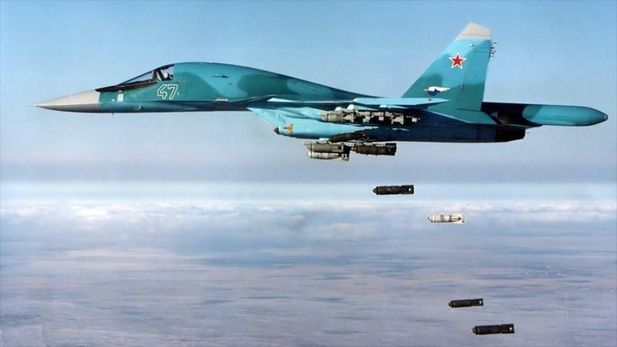 Un caza de combate ruso Su-34 lanza bombas en pleno vuelo.
