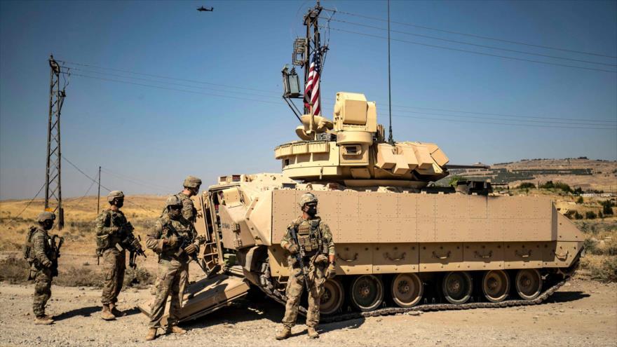 Soldados de EE.UU. cerca de un pozo petrolero en la ciudad de Al-Rumailan, en la provincia siria de Al-Hasaka, 5 de octubre de 2020. (Foto: AFP)