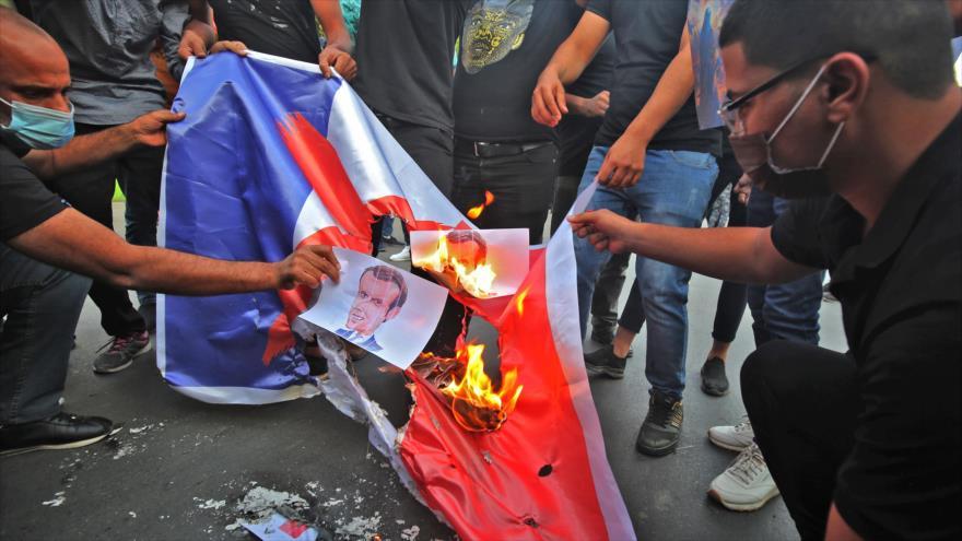 Vídeo: Iraquíes queman la bandera francesa por islamofobia de Macron