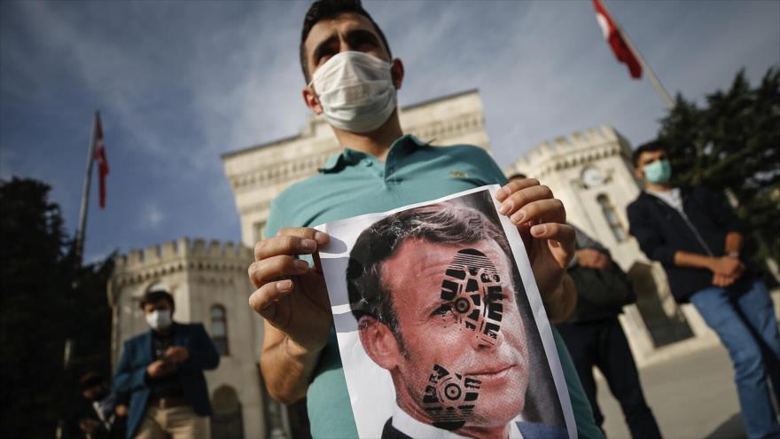 """Turquía acusa a Macron de práctica """"fascista"""" contra musulmanes"""