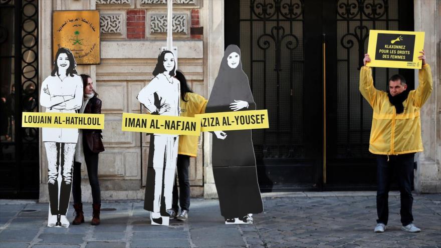 Manifestantes piden a las autoridades saudíes que liberen a las activistas pro derechos de las mujeres encarceladas frente a la embajada saudí en París (Francia), 8 de marzo de 2019.