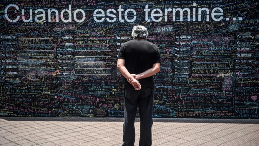 La pizarra negra donde las personas escriben lo que desean hacer cuando coronavirus se acabe, Perú, 26 de octubre de 2020. (Foto: AFP)