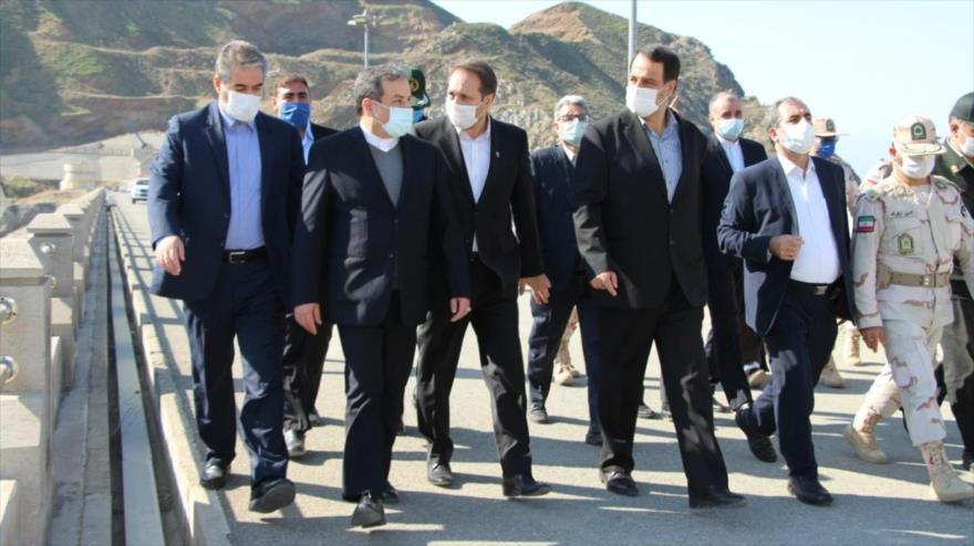 El vicecanciller iraní Abás Araqchi (2.º izq.) en una visita al condado de Joda Afarin, en la provincia de Azerbaiyán Oriental, 27 de octubre de 2020.