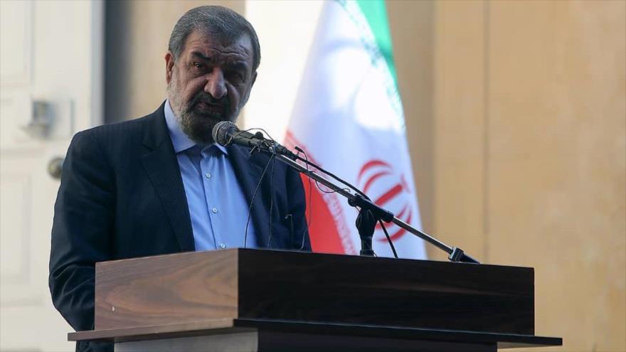 El secretario del Consejo de Discernimiento del Sistema de Irán, Mohsen Rezai, habla en una conferencia en Tehrán, 27 de octubre de 2020. (Foto: Maslahat.ir)