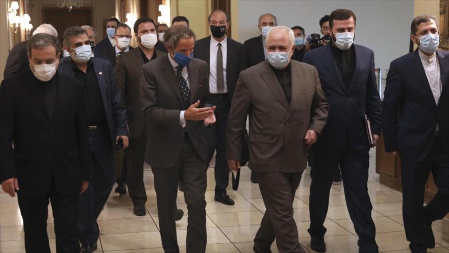 El director general de la AIEA, Rafael Grossi, es recibido por el canciller iraní, Mohamad Yavad Zarif, en Teherán, 26 de agosto de 2020.