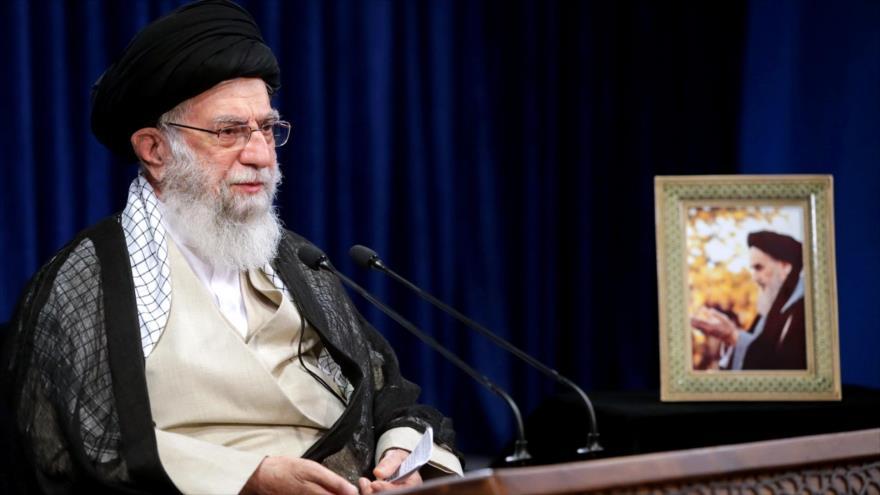 Líder de Irán cuestiona la libertad de expresión en Francia