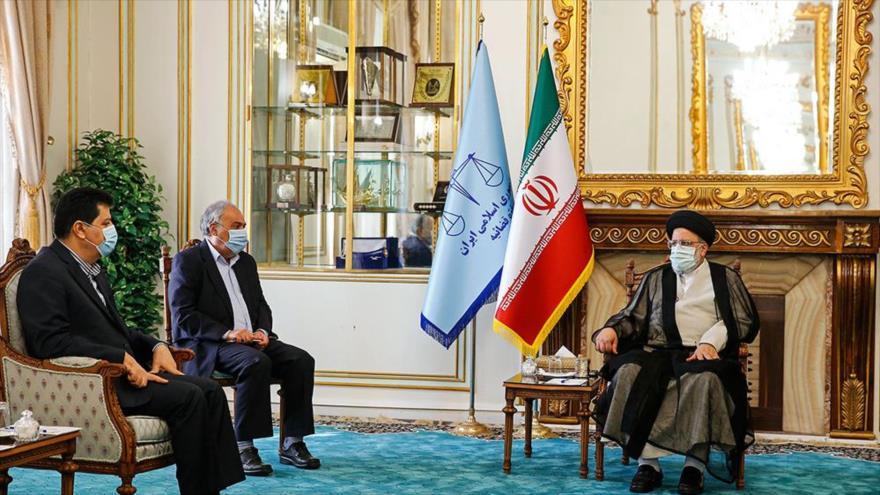 El jefe del Poder Judicial de Irán, Seyed Ebrahim Raisi (dcha.) se reúne con el embajador sirio, Adnan Hasan Mahmud, Teherán, 28 de octubre de 2020.