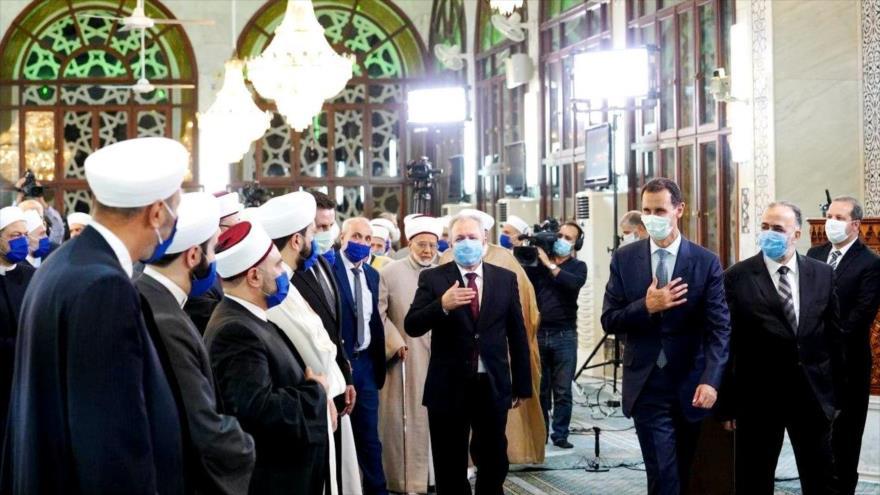 El presidente de Siria, Bashar al-Asad, entra en la mezquita de Saad bin Moaz, Damasco, 28 de octubre de 2020. (Foto: @Presidency_Sy)