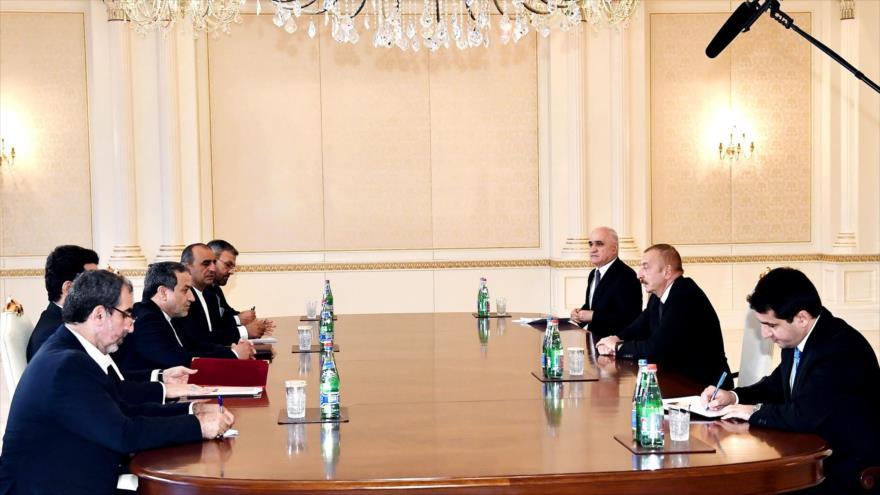 El vicecanciller iraní Abás Araqchi (3.º izda), y el presidente azerbaiyano, Ilham Aliev (2.º dcha.), Bakú, 28 de octubre de 2020. (Foto: president.az)