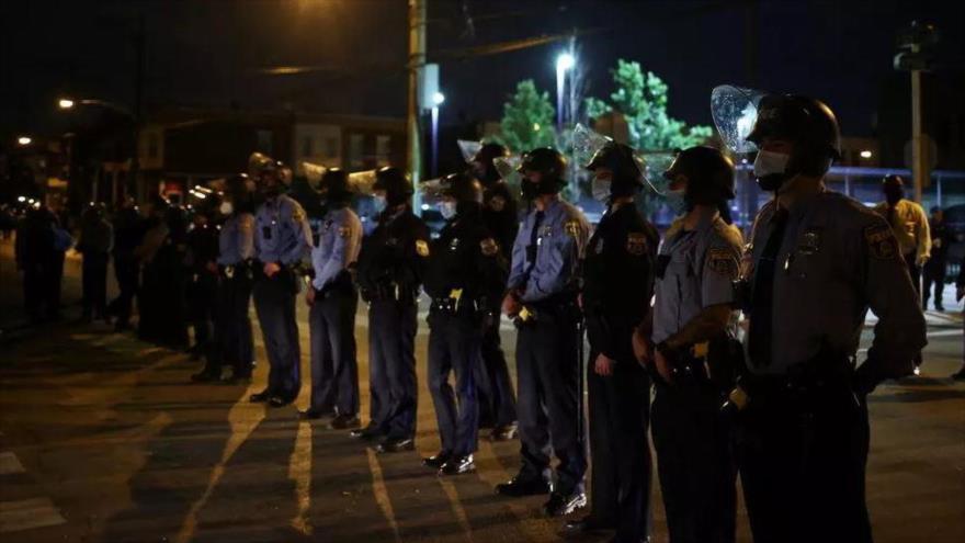 La policía durante una protesta violenta después del asesinato de un hombre negro en Filadelfia, EE.UU., 28 de octubre de 2020. (FOTO: Reuters)