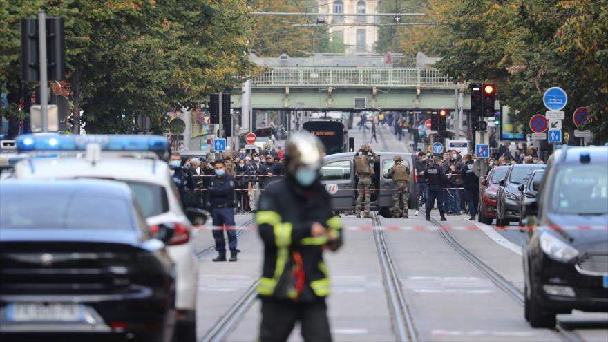 Agentes de policía y fuerzas de seguridad desplegados en el lugar de un ataque con cuchillo en Niza (Francia), 29 de octubre de 2020. (Foto: AFP)