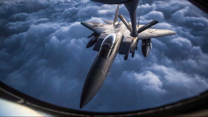 Un F-15 de la llamada coalición anti-Daesh, liderada por EE.UU., recibe un reabastecimiento aéreo durante una misión en Irak, el 12 de septiembre de 2018. (Foto: airforce.com)