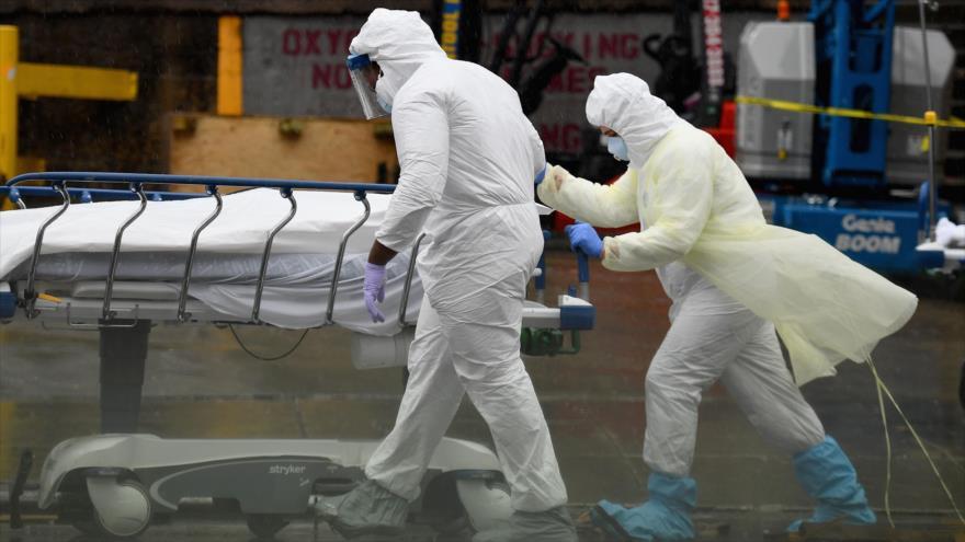 Los trabajadores de la salud trasladan el cadáver de una persona fallecida por COVID-19 en el Centro Médico Brooklyn, en Nueva York, EE.UU. 9 de abril de 2020. (Foto: AFP)