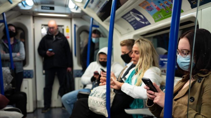 Los viajeros llevan máscaras debido a la pandemia de coronavirus en un tren subterráneo de Londres, capital británica, 29 de octubre de 2020. (Foto: AFP)