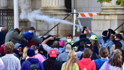 Policía reprime con gas pimienta una marcha de votantes en EEUU