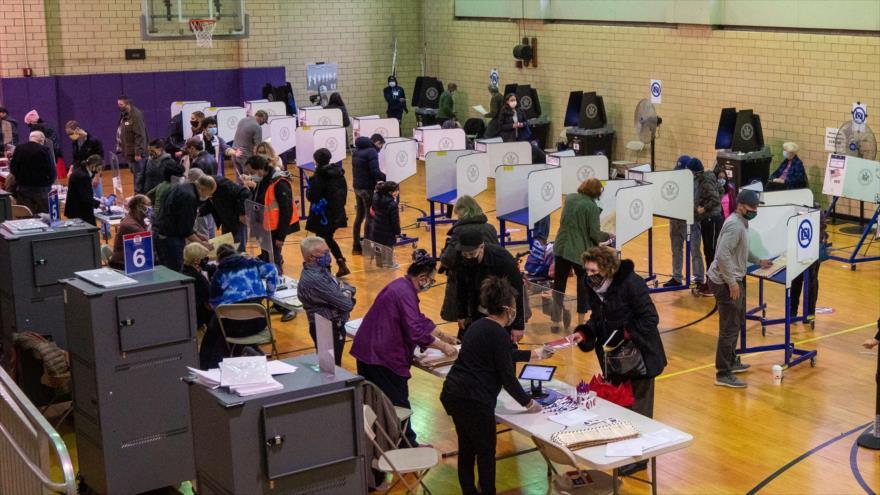 Los estadounidenses participan de forma anticipada en los comicios presidenciales en la ciudad de Nueva York, 1 de noviembre de 2020. (Foto: AFP)