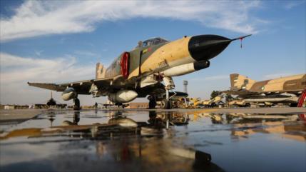 Cazas iraníes destruyen objetivos enemigos en simulacros aéreos
