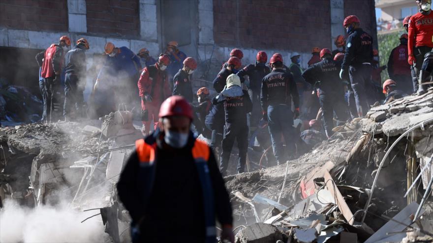 Los equipos de rescate buscan entre los escombros víctimas del terremoto en la ciudad turca de Seferihisar, 2 de noviembre de 2020. (Foto: AFP)