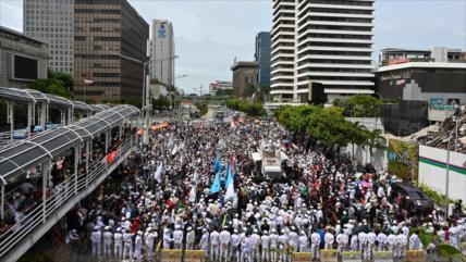 Miles de indonesios exigen la expulsión del embajador de Francia