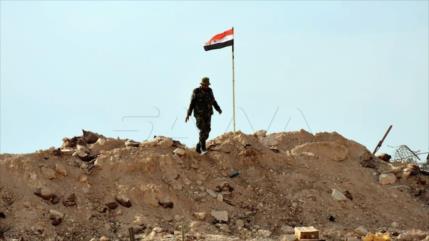 Ejército sirio iza la bandera nacional en una base turca en Hama