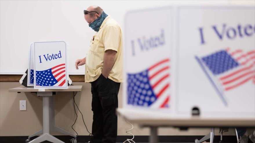 Un hombre emite su voto en un centro electoral en el condado de Lexington, Carolina del Sur, 6 de octubre de 2020. (Foto: AFP)