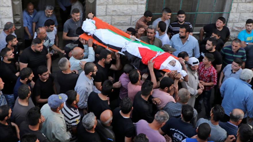 Palestinos llevan cuerpo de Amer Abdel-Rahim, quien murió en enfrentamiento con tropas israelíes, ocupada Cisjordania, 25 de octubre de 2020. (Foto: AFP)